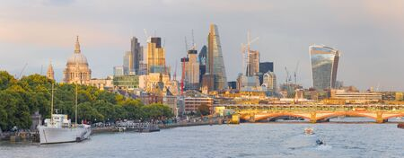 Londen - Het avondpanorama van de stad met de wolkenkrabbers in het midden. Stockfoto - 94275206