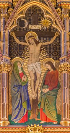 LONDEN, GROOT-BRITTANNIÃ‹ - SEPTEMBER 15, 2017: Het neogotische Kruisiging schilderen op het hout in kerk Alle Heiligen door Ninian Comper (1864 - 1960).