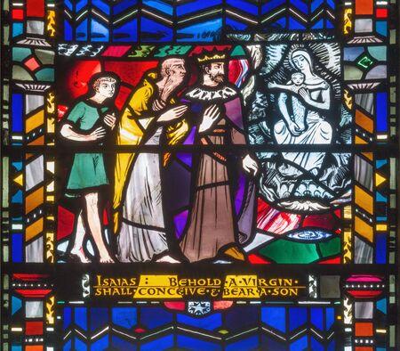 런던, 영국 -2010 년 9 월 16 일 : 이사야의 스테인드 글라스는 Charles Blakeman (1953-1953)이 교회 세인트 에델 데다 (St Etheldreda)에서 예수님의 처녀 탄생을 예언했다. 스톡 콘텐츠 - 94241212