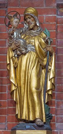 Het gesneden polychrome standbeeld van St. Joseph in de kerk St. Marys Pimlico van onbekende artisto uit begin van 20. cent.