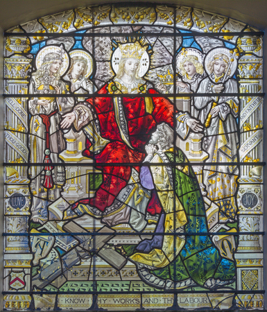 ロンドン、英国 - 2017年9月15日:復活したイエス王と聖ジェームズ教会の聖なるガラスの天使の間で、T.F.ウォードとヒューズの製造業者によるクラー