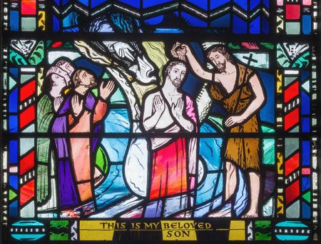 Londres, Grande-Bretagne - 16 septembre 2017: Le babtisme de Jésus cene sur le vitrail de l'église St Etheldreda de Charles Blakeman (1953 - 1953).