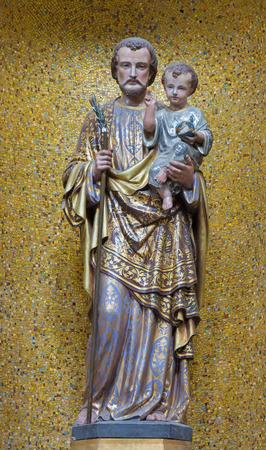 LONDEN, GROOT-BRITTANNIË - SEPTEMBER 17, 2017: Het gesneden standbeeld van St. Joseph in St. Peter Italian-kerk vanaf eind van 19 cent.