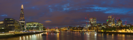 London - The panorama with the skyscrapers from the Tower bridge at dusk. 版權商用圖片