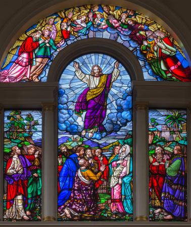 LONDEN, GROOT-BRITTANNIÃ‹ - SEPTEMBER 15, 2017: De hemelvaart van de Heer op het gesatineerde glas van St James's Church, Clerkenwell Alexander Gibbs & Co (1863).