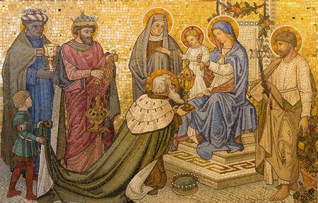LONDRES, GRAN BRETAÑA - 17 DE SEPTIEMBRE DE 2017: El mosaico de la Adoración de los Magos en la iglesia Nuestra Señora de la Asunción forma finales de 19. ciento. diseñado por Francis Bentley.