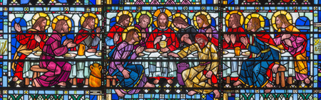 LONDON, GREAT BRITAIN - SEPTEMBER 16, 2017: The stained glass of Last Supper the Pantokrator in church St Etheldreda by Joseph Edward Nuttgens (1952). Reklamní fotografie - 95213668