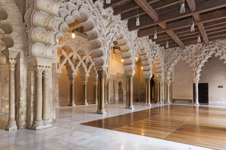 SARAGOSSE, ESPAGNE - 2 MARS 2018 : Le hall du palais de La Aljaferia - Séjours du Pneu du Nord, avec triple accès au Golden Hall.