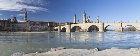 Zaragoza - The panorama of bridge Puente de Piedra and Basilica del Pilar in the morning light. Banque d'images