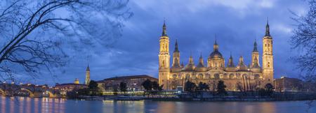 Zaragoza - The panorama with the bridge Puente de Piedra and Basilica del Pilar at dusk. Banco de Imagens - 119398989