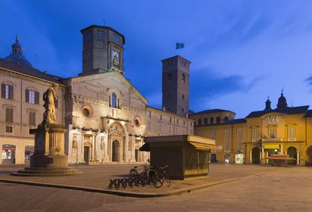 Reggio Emilia  - The square Piazza del Duomo at dusk. Imagens