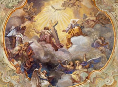 COMO, Italia - 8 de mayo de 2015: el fresco del techo Gloria de la Santísima Trinidad en la iglesia Santuario del Santissimo Crocifisso por Gersam Turri (1927-1929).