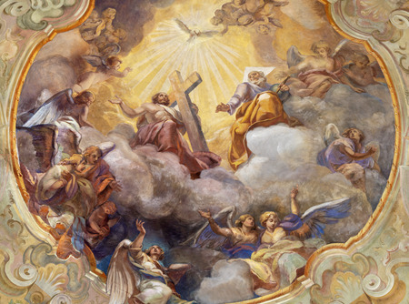 COMO, ITALY - MAY 8, 2015: The ceiling fresco Glory of Holy Trinity in church Santuario del Santissimo Crocifisso by Gersam Turri (1927-1929). Publikacyjne