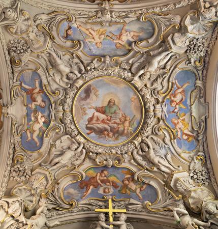 MENAGGIO, Italien - 8. Mai 2015: Das neobarocke Deckenfresko Gottes des Schöpfers in der Kirche Chiesa di Santo Stefano von Luigi Tagliaferri (1841-1927).