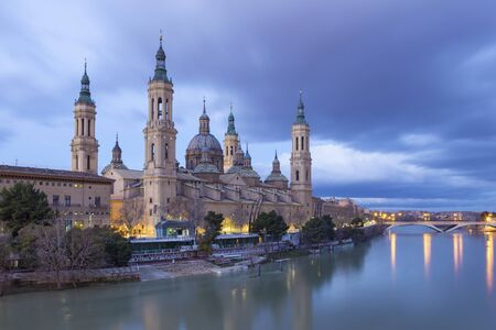 Zaragoza - The cathedral Basilica del Pilar at dusk. Banque d'images