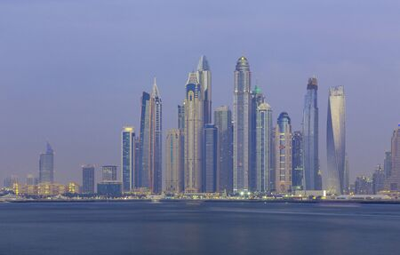 Dubai - The evening Marina towers. Foto de archivo