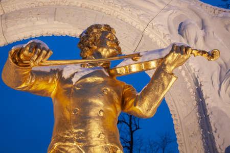 VIENNA, AUSTRIA - JANUARY 15,2013: Johann Strauss II bronze memorial from Vienna Stadtpark by Edmund Hellmer from year 1921 in winter dusk. 報道画像
