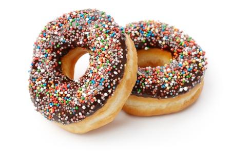 bollos: Dos donuts chocolates con rociado. Aislado en un fondo blanco