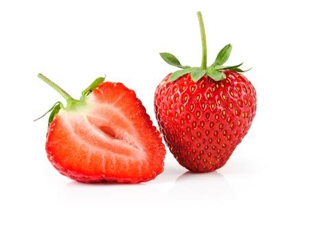 fresas frescas y sabrosas sobre fondo blanco