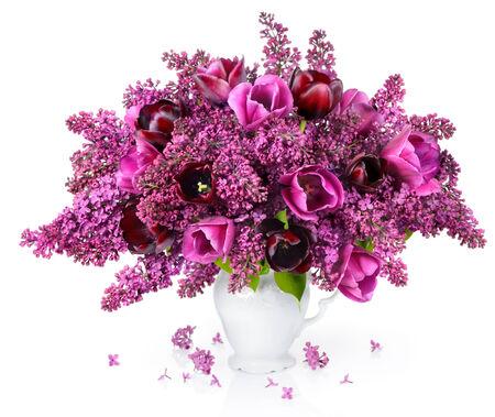 반사와 화이트 빈티지 꽃병에 튤립과 라일락 꽃다발입니다. 스톡 콘텐츠