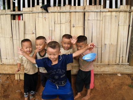 bambini poveri: CHIANG MAI, THAILAND - OCT 02 bambini poveri in campagna su 2 ottobre 2009 a Chiang Mai, Thailandia