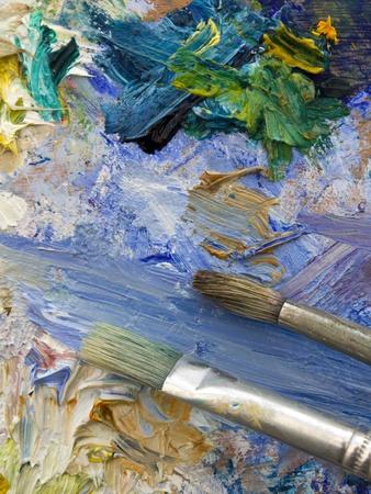 pallette: Eh bien utilisés pinceaux d'artistes sur un univers coloré close-up palette de peinture à l'huile Banque d'images