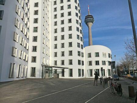 windowpanes: Medienhafen Duesseldorf-Fernsehturm vom neuen Zollhof aus gesehen