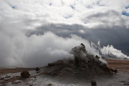 fumarole: El norte de Islandia, fumarolas en el campo de la alta temperatura Namaskard en el lago Myvatn Foto de archivo