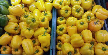 bid: Yello pimienta, una oferta chiles dulces rojos frescos Foto de archivo