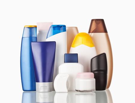 articulos de baño: Conjunto de artículos de higiene personal de colores botellas de plástico cosmética Foto de archivo