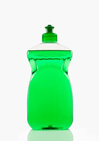 Flasche grüne bubbling Dish-Flüssigkeit auf einem weißen Hintergrund isoliert Lizenzfreie Bilder
