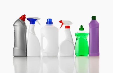 Verschiedene Flaschen mit Reinigungsmittel isoliert auf weißem Hintergrund