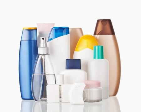 productos de aseo: Conjunto de artículos de higiene personal de colores botellas de plástico cosmética Foto de archivo