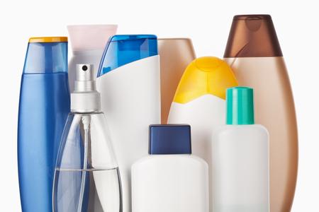 productos de aseo: Conjunto de art�culos de higiene personal de colores botellas de pl�stico cosm�tica Foto de archivo