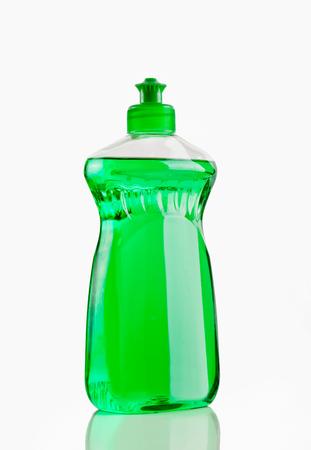 Flasche grüne bubbling Dish-Flüssigkeit auf einem weißen Hintergrund isoliert.