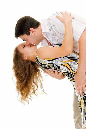 besos apasionados: besar en la joven pareja de baile en blanco Foto de archivo