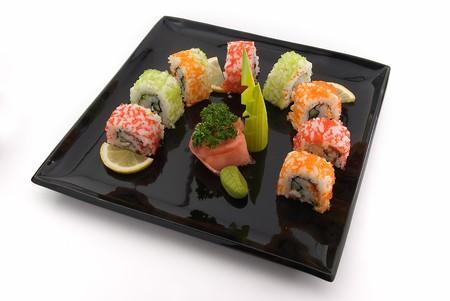 plato del buen comer: negro con placa de rollos sobre fondo blanco