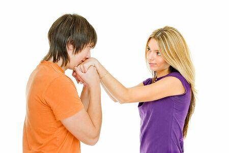 Junges Paar auf weiß, Junge Mädchen küsst Hand