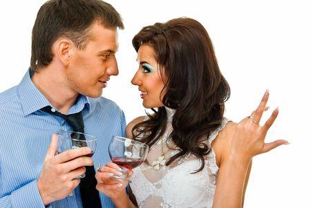 bebes niñas: joven pareja ha amor hablar con vasos de alcohol