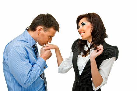 junger Mann küsst Mädchen Hand auf weißem Hintergrund