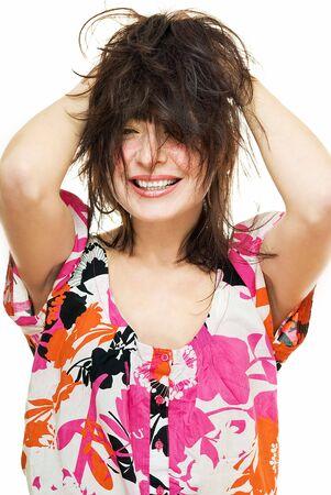 zerzaust: smiling young Woman with zerzaustem Haar auf wei�