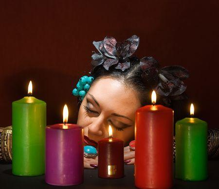 adivino: adivino hermosa joven duerme alrededor de cinco velas