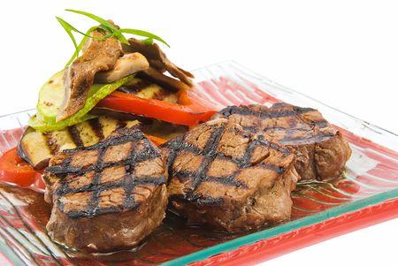 comida gourment: placa con filete de beefs sobre fondo blanco