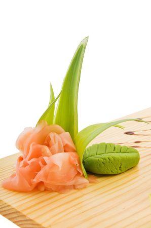 Decoratie en smaakstof voor sushi op houten plaat Stockfoto - 6871288