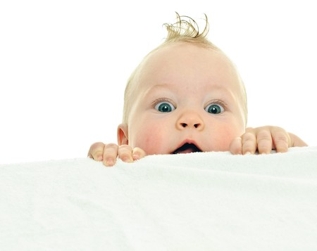 clamber: otto mesi baby clambers sulla superficie bianca