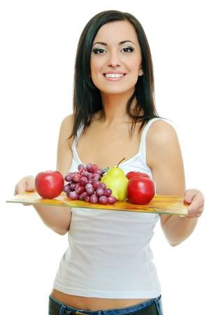 trays: schoonheid brunette met lade van vruchten op wit  Stockfoto