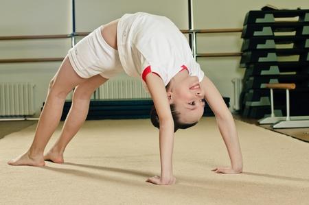gymnastik: Porträtt av ung skönhet gymnast i gymnasium