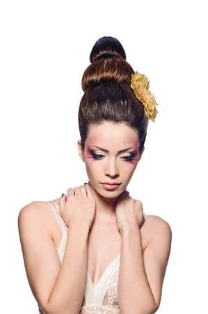 artificial hair: Retrato de muchacha hermosa con el peinado elegante y arte componen sobre fondo blanco