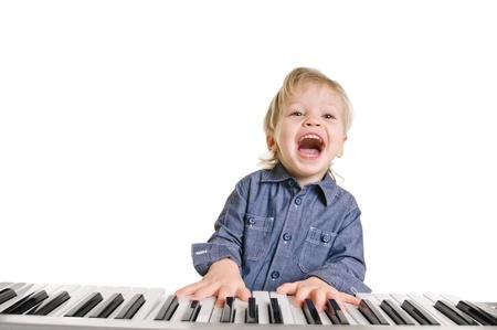 joueur de piano: jouer et chanter petit gar�on sur fond blanc