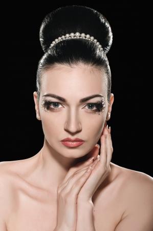 labios sexy: retrato de la hermosa muchacha con peinado elegante sobre fondo negro